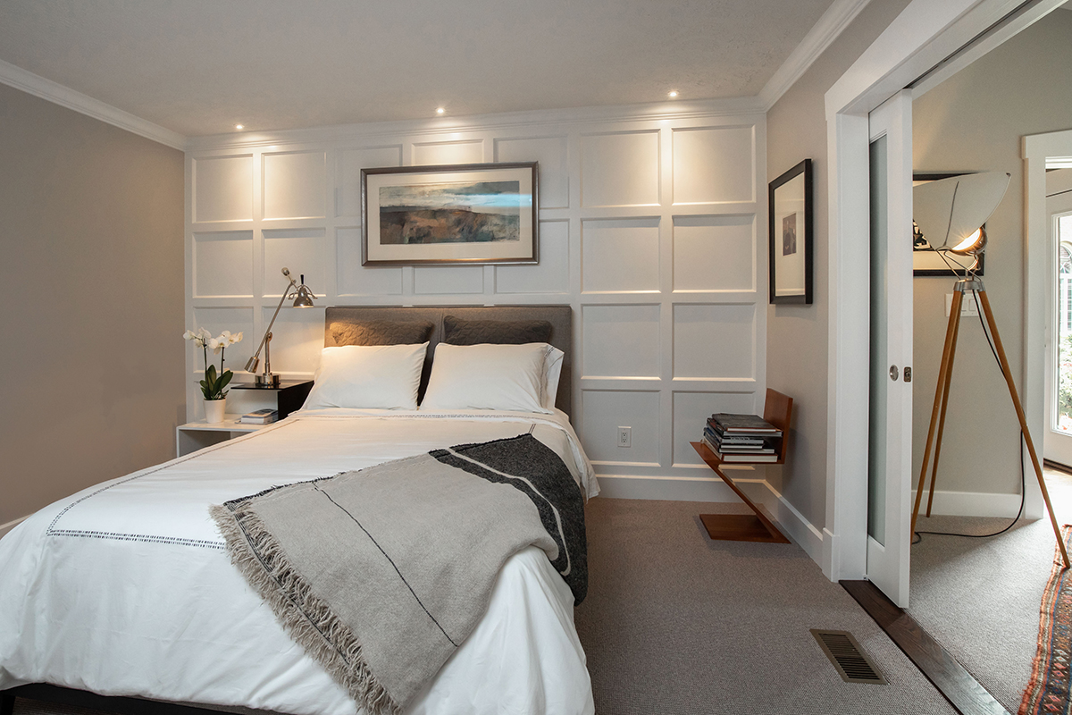 panel wall in bedroom, frosted glass pocket doors
